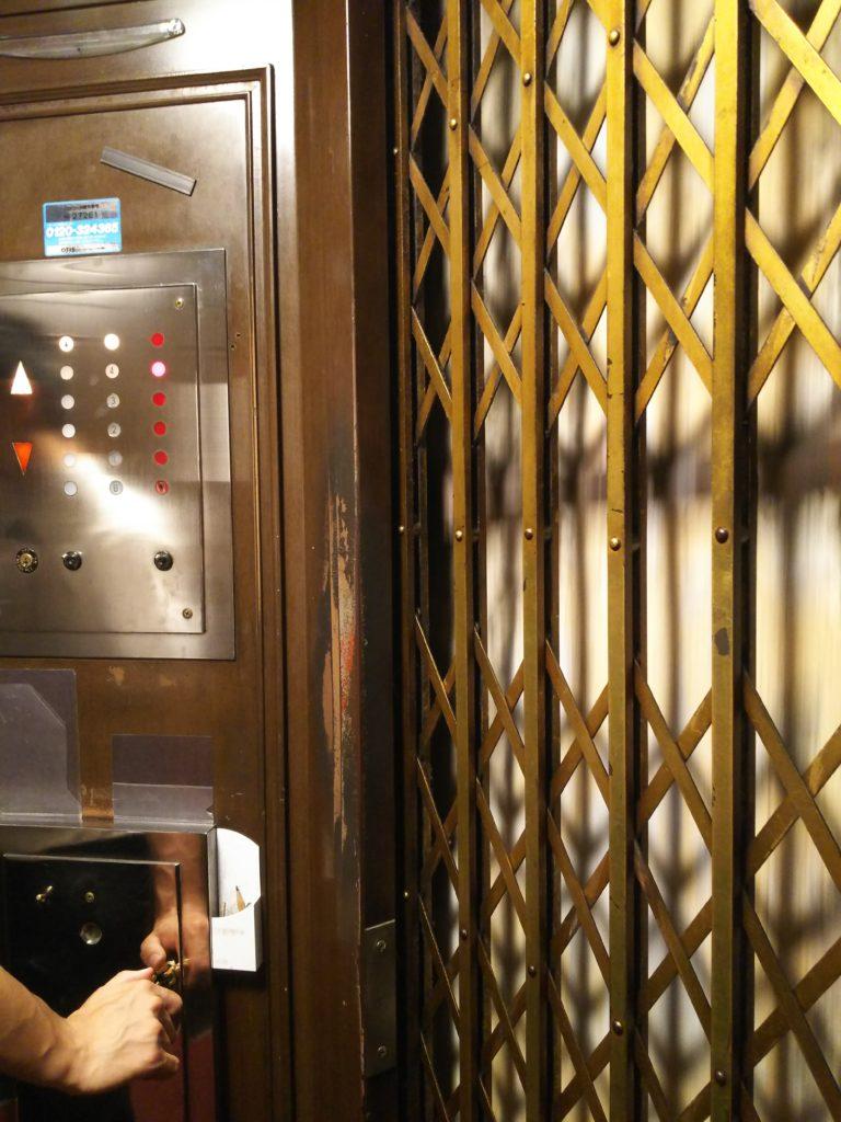 東華菜館のエレベーター