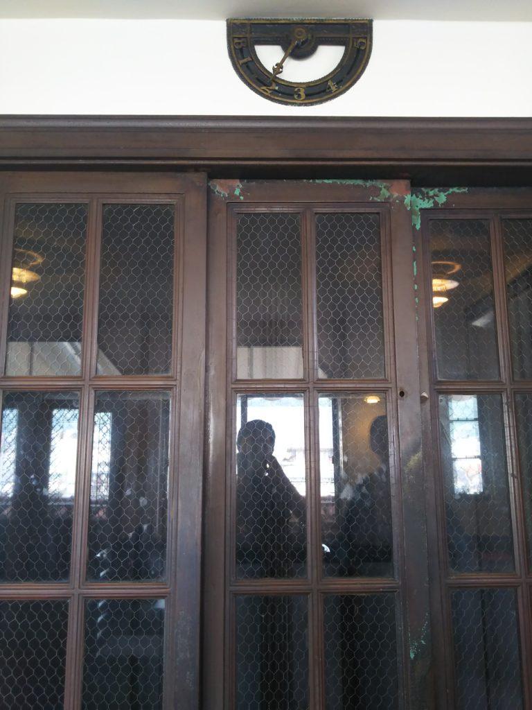 エレベーターの外側