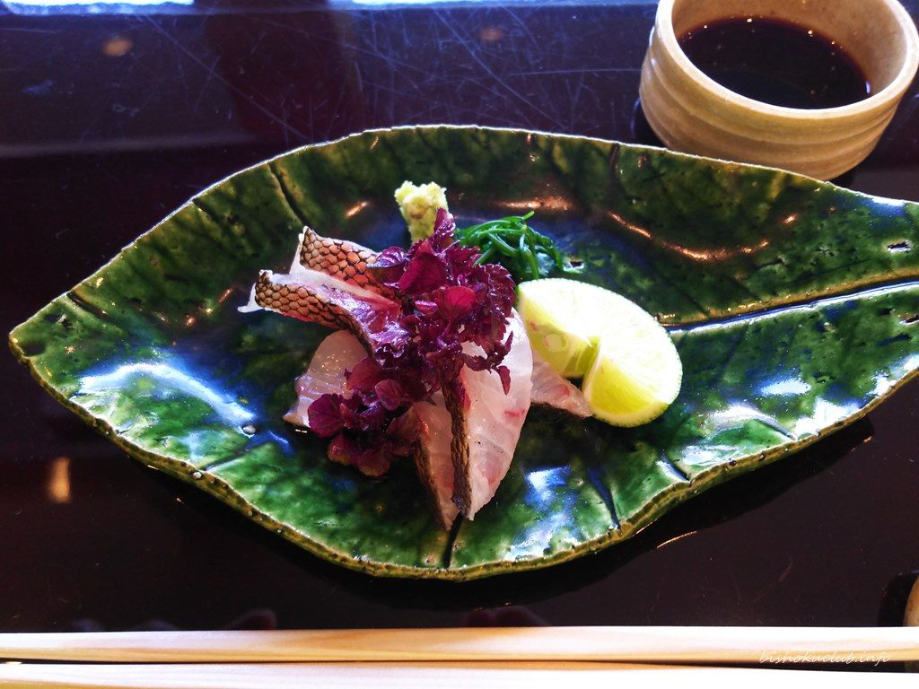 お造り(伊佐木焼霜イサキヤキシモ 水松菜ミルナ 紫芽ムラメ 土佐醤油)