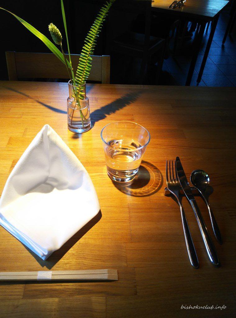 テーブルには緑があり、心和みます。