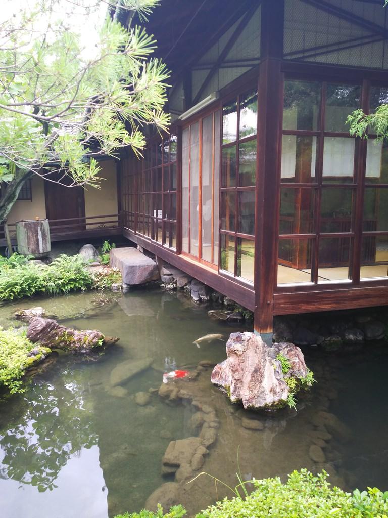 池の面した建物
