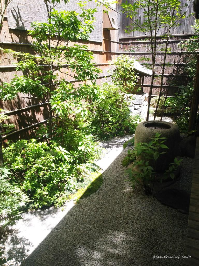 村上開新堂のカフェの庭
