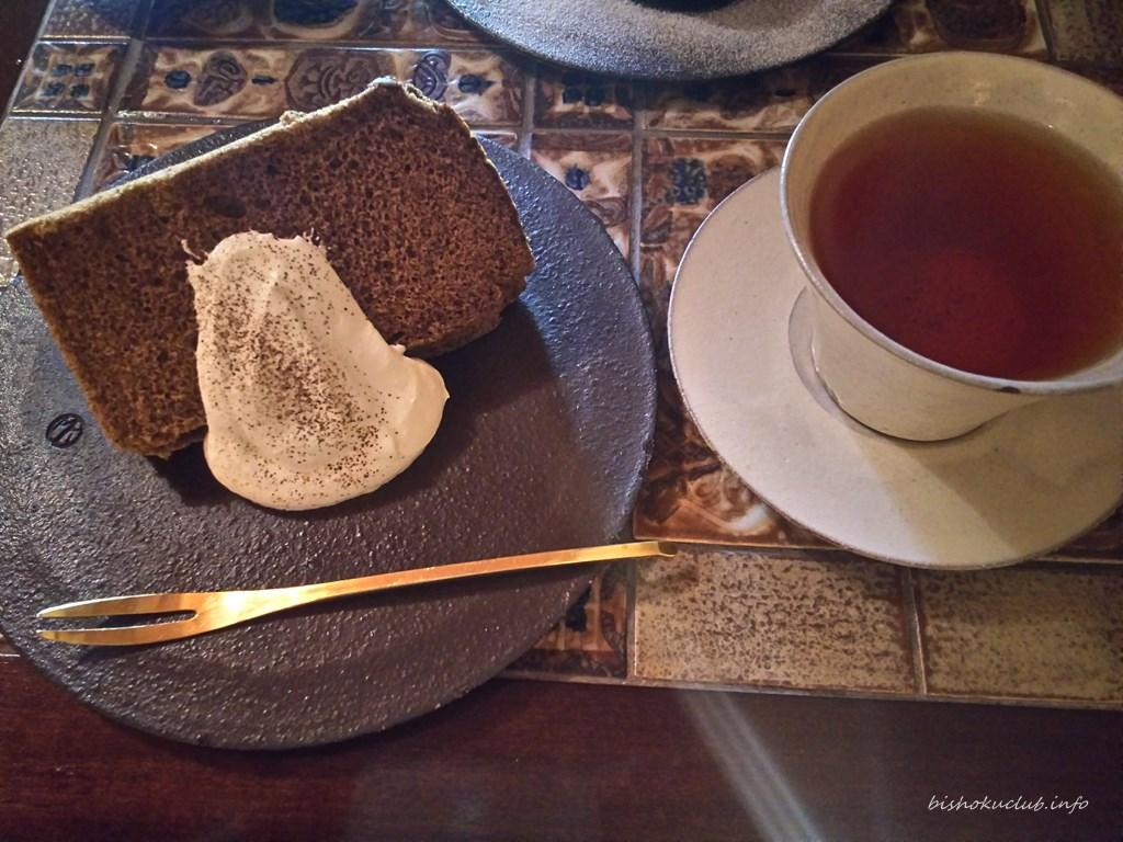 村上開新堂カフェ限定スウィーツセットのほうじ茶シフォンケーキと白桃アールグレイ