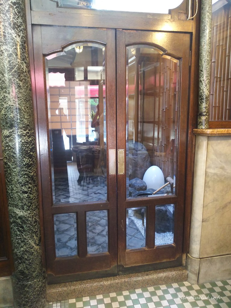 村上開新堂のカフェの入り口