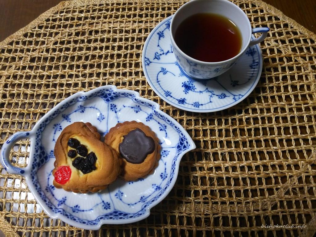 村上開新堂のロシアケーキと紅茶