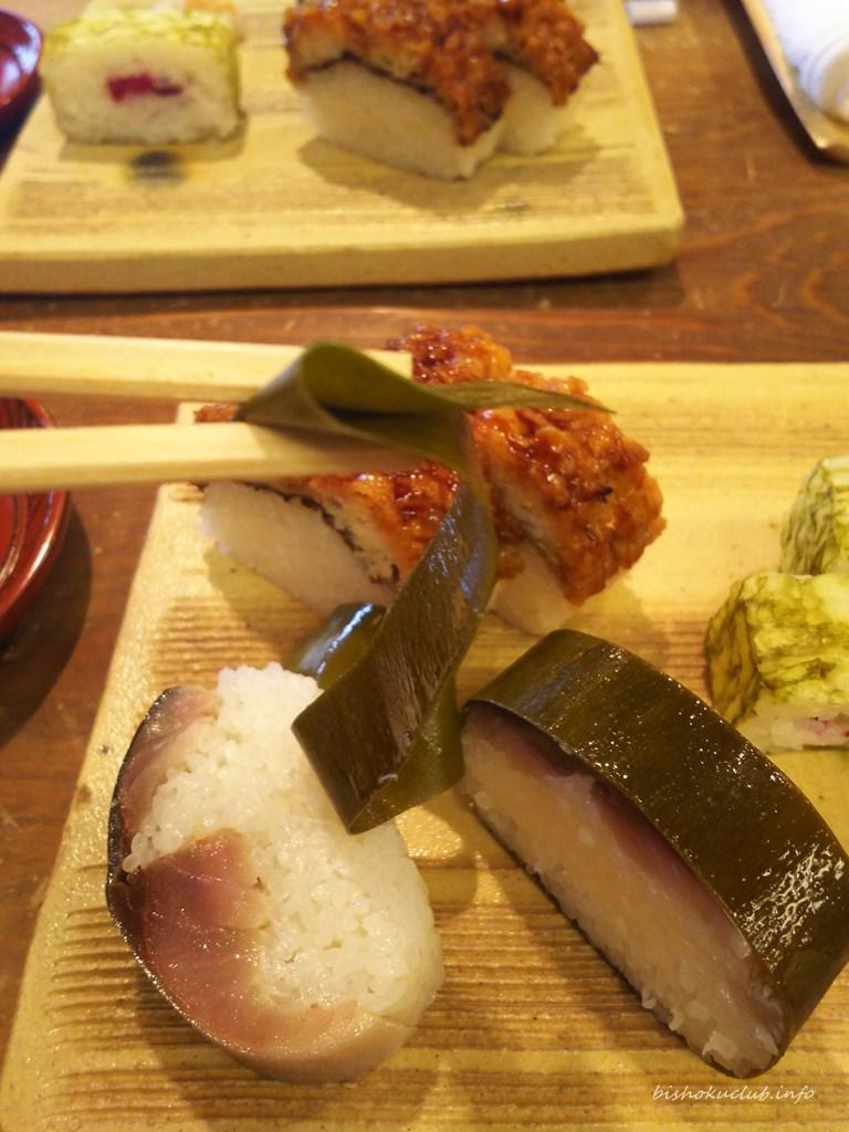鯖姿寿司の昆布をとる