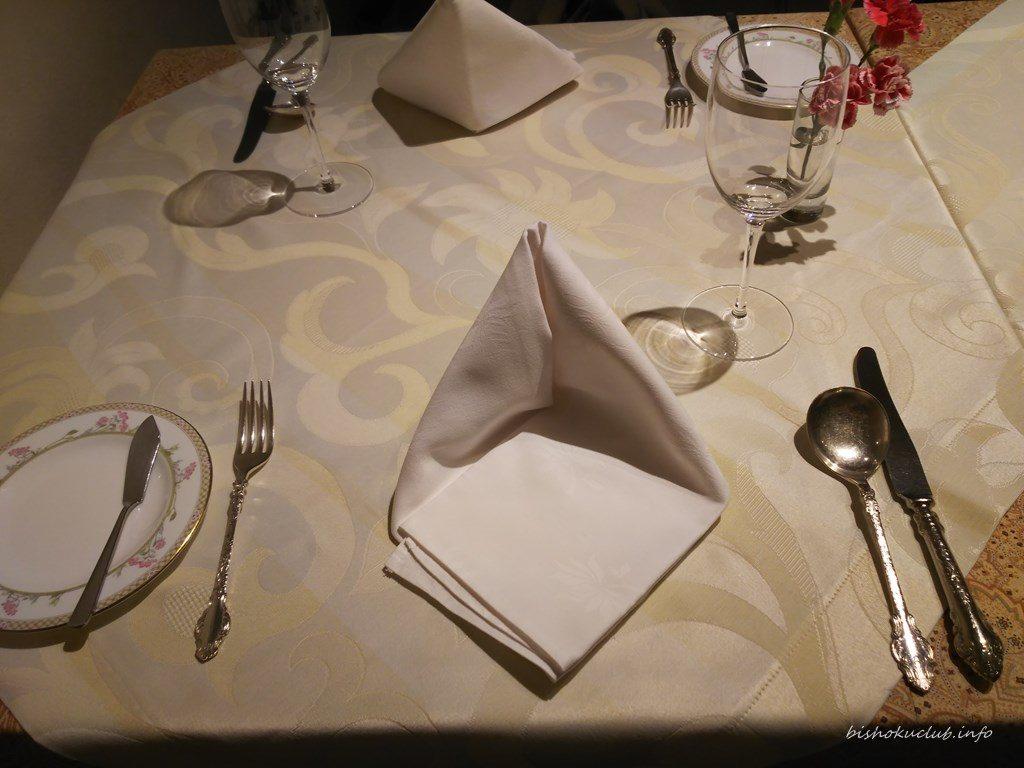 開晴亭のテーブル席