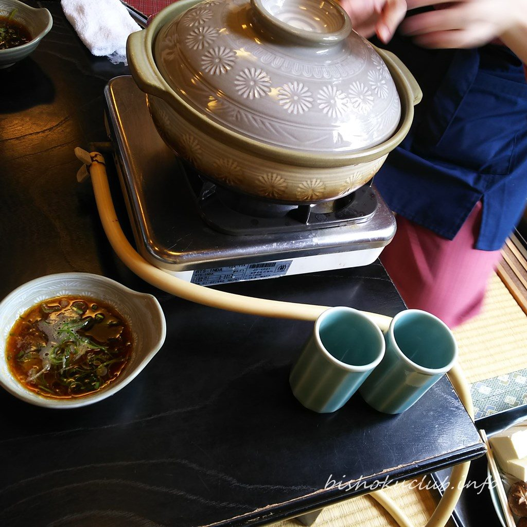 鳥久の若鶏の水だきのお鍋を準備