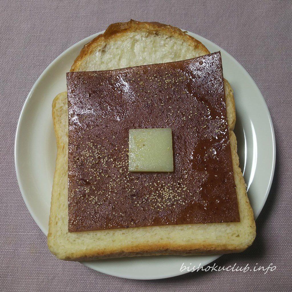亀屋良長のスライスようかんを食パンにのせる